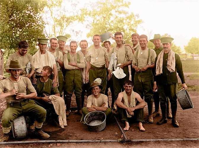 Một số binh lính thuộc Lực lượng Đế quốc Australia số 1 chụp ảnh chung. Thế chiến I được xem như là một cuộc xung đột toàn cầu