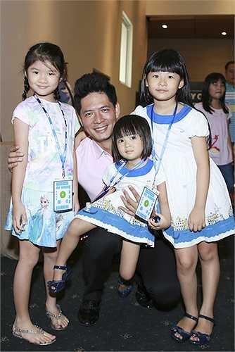 Cũng 7 tuổi, cô con gái Bảo Tiên của Trần Bảo Sơn và Trương Ngọc Ánh ngày càng xinh xắn và đáng yêu. Cô bé sở hữu nét đẹp của bố lẫn mẹ.