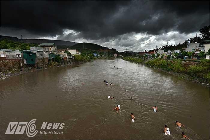 Bất chấp mưa lũ, nước chảy xiết, hàng trăm người dân phườn Mông Dương (Cẩm Phả, Quảng Ninh) vẫn đổ xô ra sông Mông Dương để nạo vét than.