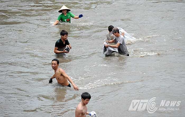 Mưa to trong những ngày qua đã khiến bãi chứa than của các công ty than Cọc 6, Mông Dương, Cao Sơn, đặt tại phường Mông Dương, thành phố Cẩm Phả bị nước lũ cuốn ra sông.