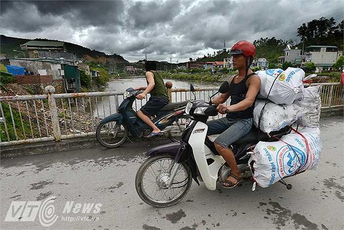 Than được thương lái thu mua ở bờ sông với giá từ 220.000 tới 250.000 đồng/tạ than đá.