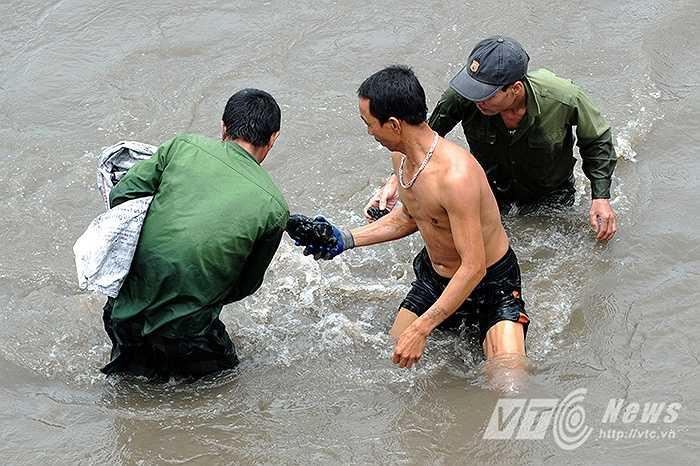 Người dân vì tiếc của nên đã rủ nhau đổ xô xuống các sông, suối để vớt than lên bán.