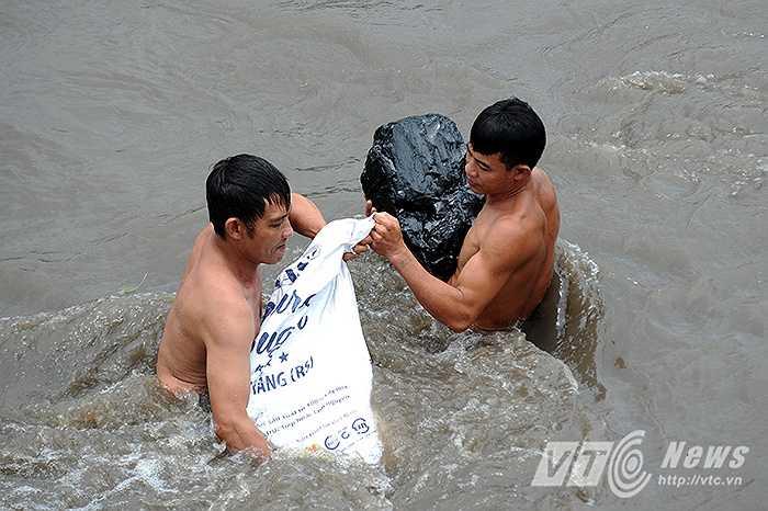 Một viên than đá với kích thước 'khủng' được người dân tìm thấy.