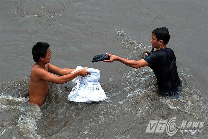 Việc ngụp lặn giữa dòng nước xiết để vớt than vô cùng nguy hiểm, người vớt than phải đối mặt với dòng nước chảy xiết có thể cuốn trôi người, dẫm phải bơm kim tiêm, mảnh sành dưới lòng suối...