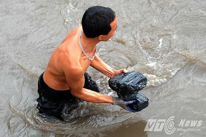 Nhiều người dân cho biết, sau trận mưa lũ lịch sử, gia đình họ đã bị mất trắng tài sản, nay tranh thủ ra vớt than bán để gỡ gạc chút tiền.
