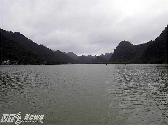 Việt Hải là xã đảo nằm trong thung lũng như chiếc lòng chảo khổng lồ giữa Khu bảo tồn sinh quyển thế giới Cát Bà (Cát Hải, Hải Phòng). Sau 4 ngày ngập chìm trong nước do mưa lớn, đến đêm 31/7, Việt Hải vẫn đang chìm trong biển nước.