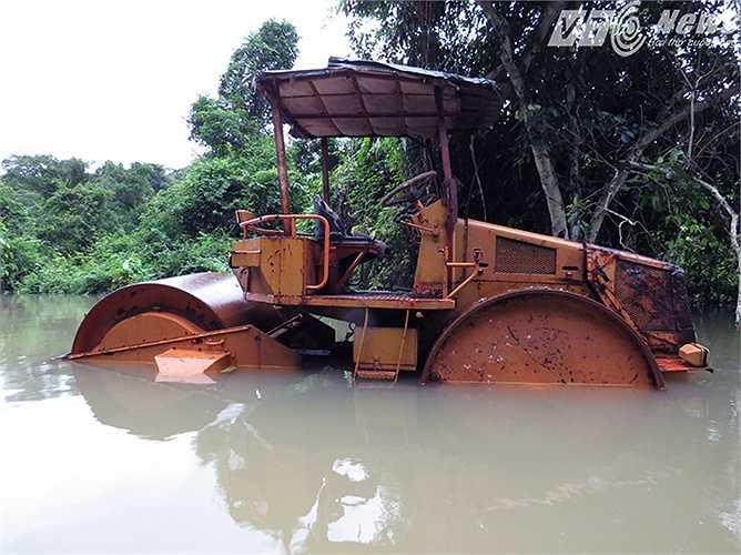 Xe lu của đơn vị thi công xây dựng nông thôn mới ngập quá thân xe