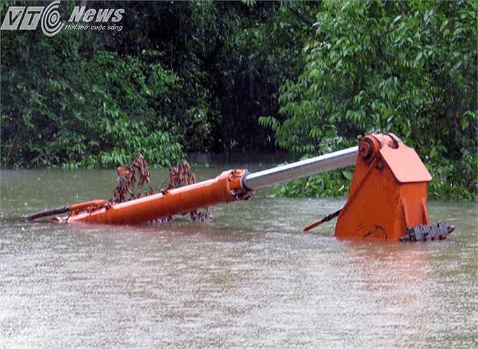 Chiếc máy xúc bị 'chết chìm' trong mưa lũ.
