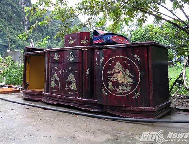 Chiếc tủ của người dân sau nhiều ngày bị ngập nước, dù có vớt vát được cũng đã thành phế thải.