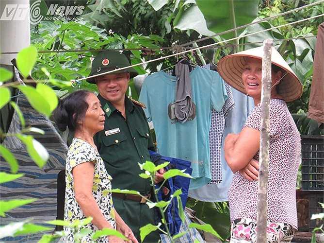 Đại tá Nguyễn Minh Quang - Phó Chỉ huy trưởng Biên phòng Hải Phòng ra thăm hỏi, động viên bà con xã đảo và chỉ đạo lực lượng Bộ đội Biên phòng tích cực tha gia giúp người dân trong mưa lũ.