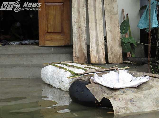 Những chiếc phao đơn sơ là phương tiện hữu hiệu giúp người dân di chuyển trong vùng ngập lụt.
