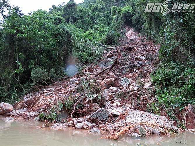 Trên lưng chừng núi, nhiều moong nước có thể sẽ đổ xuống nơi đây nếu trời tiếp tục có mưa lớn.