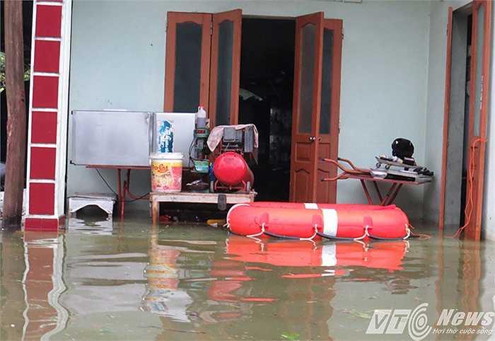 Nhà ngập đến đâu, người dân tìm cách chống chọi đến đó để vượt qua mưa lũ.