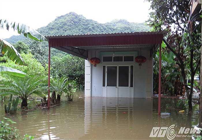 Hàng chục hộ dân phải cửa đóng then cài, tài sản ngập chìm trong nước.