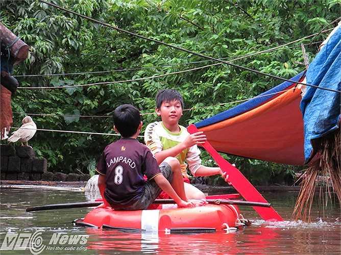 Trẻ em xã đảo có thể tự mình di chuyển bằng phao cứu sinh.