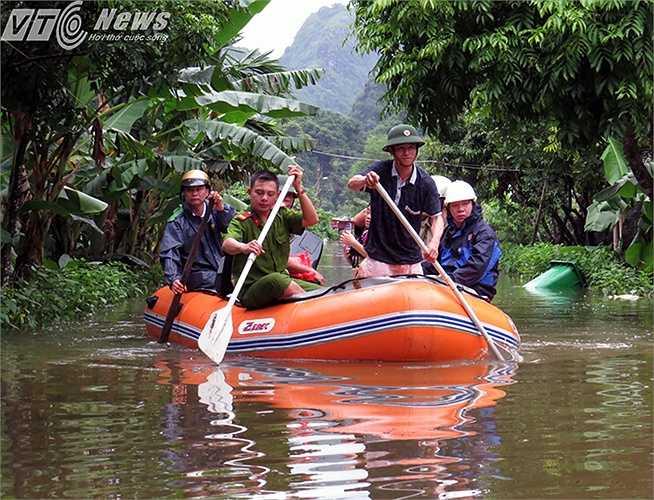 Sáng 31/7,đoàn công tác của huyện Cát Hải đã ra thăm, tặng quà chia sẻ với bà con sau nhiều ngày mưa lũ gây ra.