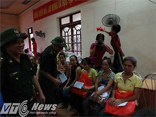Đại tá Nguyễn Minh Quang - Phó Chỉ huy trưởng Biên phòng Hải Phòng cùng Thượng tá Nguyễn Tiến Dũng - Đồn trưởng Đồn Biên phòng Cát Bà tặng quà cho bà con xã đảo.