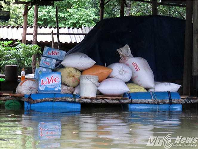 Nhiều chiếc bè lớn đã được chất đầy lương thực, phòng khi nước tiếp tục đang cao.