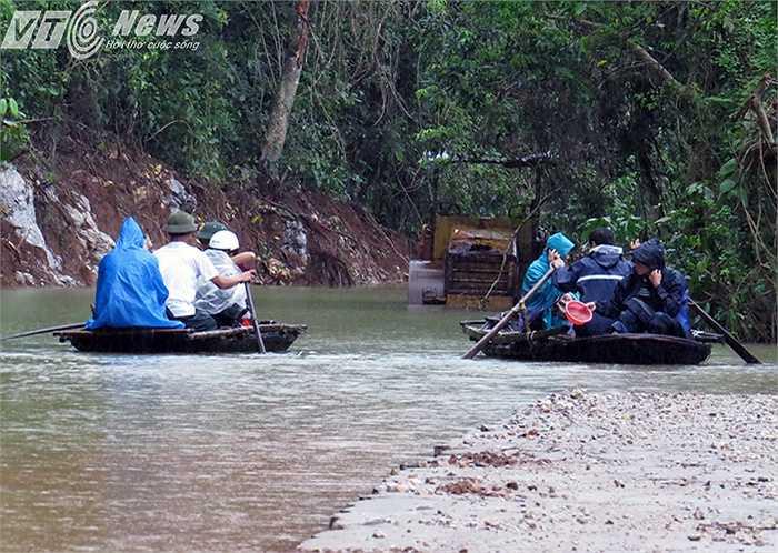 Đi từ trung tâm xã Việt Hải để ra được bến tàu về thị trấn Cát Bà cũng phải mất cả tiếng đồng hồ, với chỉ trên 3km nhưng phải vượt qua nhiều điểm ngập úng, qua biển nước giữa rừng cây ngập nước.