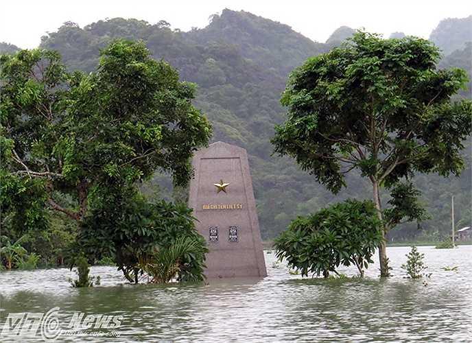 Khu nghĩa trang liệt sỹ xã cũng bị ngập nặng đến trên 2m nước.