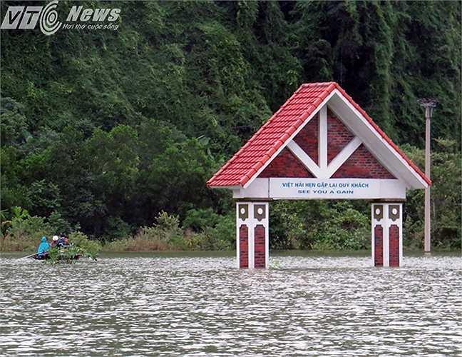 Sau 4 ngày mưa lũ, quan sát chiếc cổng của xã ngập trên dưới 3m nước nhưng đến nay nước vẫn chưa rút được là bao.