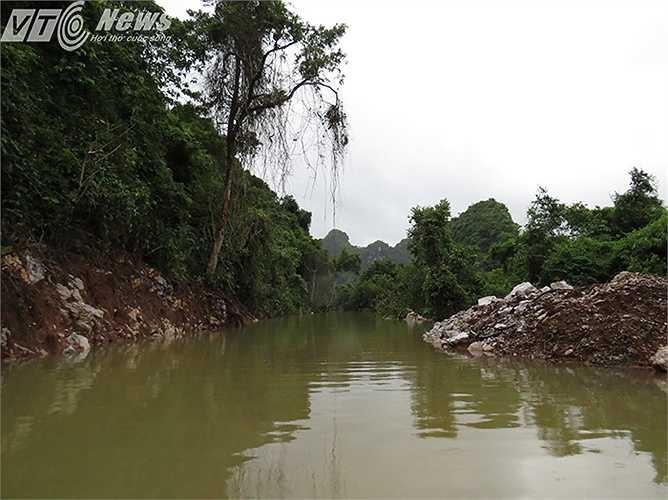 Con đường của xã ven theo chân núi đang được xây dựng lại theo chương trình xây dựng nông thôn mới giờ đang ngập chìm trong nước.