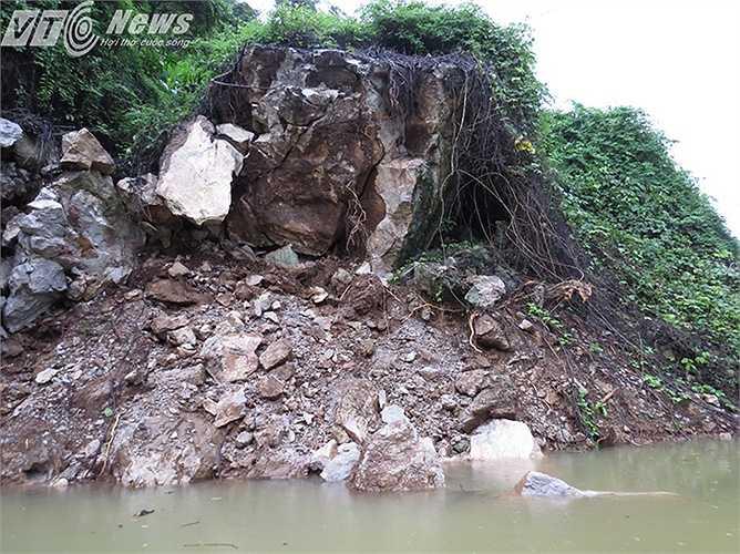 Nhiều điểm có nguy cơ sạt lở cao. Rời xã đảo Việt Hải vào giữa trưa ngày 31/7, theo ghi nhận của PV, trời vẫn trút những cơn mưa rào xuống khu vực này.
