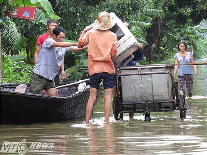 Người dân vẫn đang tích cực vận chuyển đồ đạc đi tránh lũ.