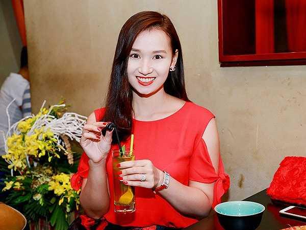 Nữ diễn viên Lã Thanh Huyền sinh ngày 10.11.1985. Cô từng tốt nghiệp khoa Diễn viên trường Cao đẳng Nghệ thuật Hà Nội và tham gia diễn xuất trong các bộ phim như: Hoa xuyến chi, Cô dâu Việt, Đi về phía mặt trời... Cuộc sống đời tư của Thanh Huyền cũng tốn nhiều giấy mực của báo chí.