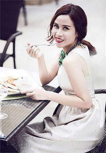 Ca sỹ Lưu Hương Giang (4.11.1983) nổi tiếng thẳng thắn trên ghế nóng The Voice Kids. Ở tuổi 32, vẻ đẹp mặn mà của gái một con giúp Hương Giang ngày càng được yêu mến. Cô và Hồ Hoài Anh thành công khi song hành trong vị trí huấn luyện viên Giọng hát Việt nhí.