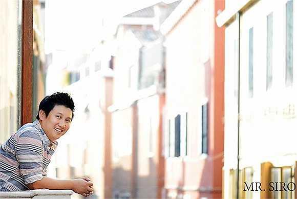 Mr Siro tên thật là Vương Quốc Tuân (18.11.1982), là nhạc sỹ của nhiều ca khúc hot như Lắng nghe nước mắt, Nụ cười tỏa nắng... Năm 2011, anh cùng Ông Cao Thắng thành lập công ty riêng, chịu trách nhiệm sản xuất các sản phẩm âm nhạc.