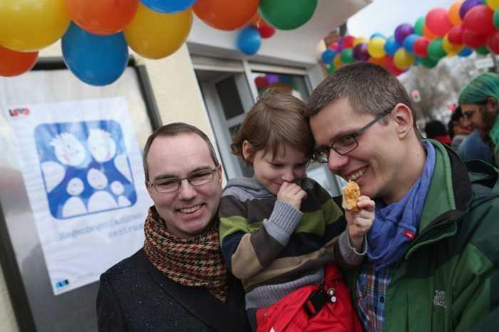 Đức. 75% là số lượng người dân Đức ủng hộ hôn nhân đồng giới. Thậm chí, họ đã công nhận việc đăng ký bạn đời là người đồng giới và cho phép việc sống chung. Có lẽ đám cưới hợp pháp là điều còn thiếu duy nhất