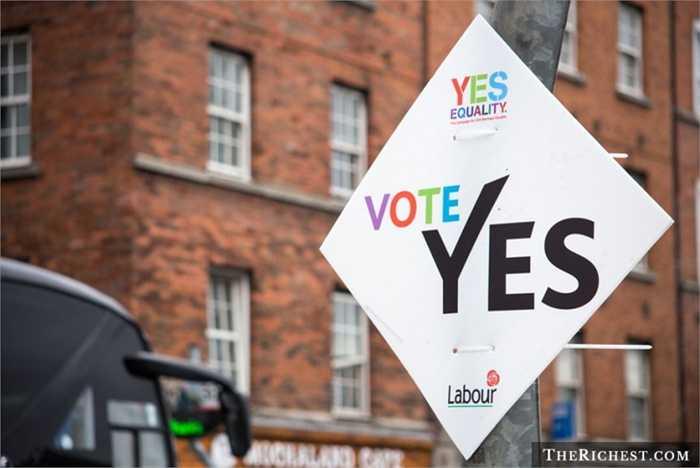 Ireland. Hồi tháng trước, người dân Ireland đã tham gia vào cuộc trưng cầu dân ý và biểu quyết chống/thuận với việc hôn nhân đồng giới và phần đã thuộc về những người ủng hộ. Và Luật này sẽ có hiệu lực vào cuối năm 2016