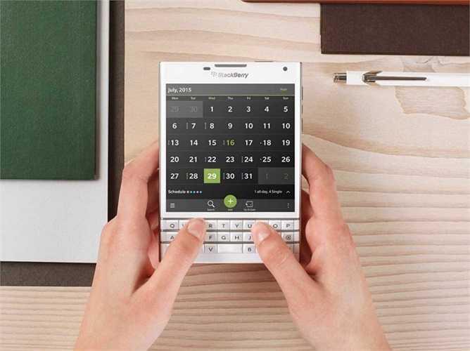 17. BlackBerry Passport. Chiếc điện thoại có thiết kế lạ mắt và khá hấp dẫn từ 'Dâu đen': Nó gần như vuông chằn chặn với một bàn phím vật lý phía dưới. Bên cạnh đó là giá bán đã giảm đôi chút và hiện tại đang ở mức trên dưới 500 USD.