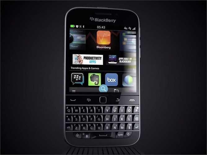 16. BlackBerry Classic. BlackBerry đang sống nhờ hơi thở quá khứ với chiếc Classic khá giống với 'huyền thoại' Bold trước đó. Bàn phím vật lý, touchpad và màn hình lớn là những thay đổi. Giá của Classic là 449 USD.