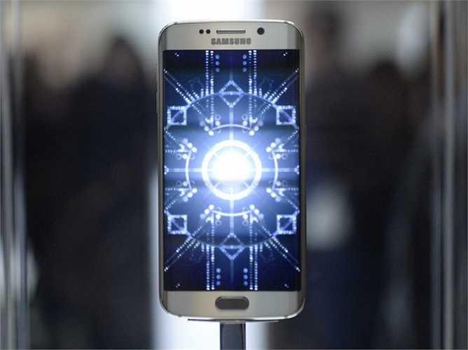 4. Samsung Galaxy S6 Edge. Câu trả lời cho thương hiệu 'plus' mà Apple gây dựng, Samsung có cho mình dòng Edge ra đời cùng với những chiếc Galaxy S thông thường và công nghệ cũng không hề thua kém đối thủ cạnh tranh trực tiếp. Giá của S6 Edge là 750 USD.