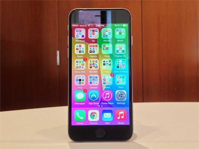 2. iPhone 6. Màn hình lớn hơn, khả năng vận hành mượt mà hơn và trên hết là khả năng đa nhiệm càng ngày càng tuyệt vời chính là những điều người ta có thể thấy trên iPhone 6. Ngoại trừ điểm yếu về thời lượng pin và giá bán 649 USD, có lẽ khá là khó để tìm ra lỗi của iPhone 6.