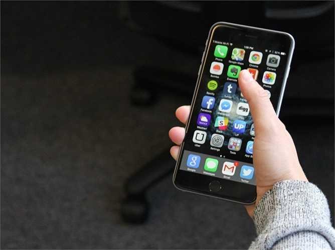 1. iPhone 6 Plus. Đã quá quen thuộc với vị trí số 1 với sự góp mặt của iPhone 6 plus. iPhone 6 Plus vượt mặt iPhone 6 ở thời lượng pin, camera chống rung … và mức giá cũng cao hơn một chút, 749 USD.