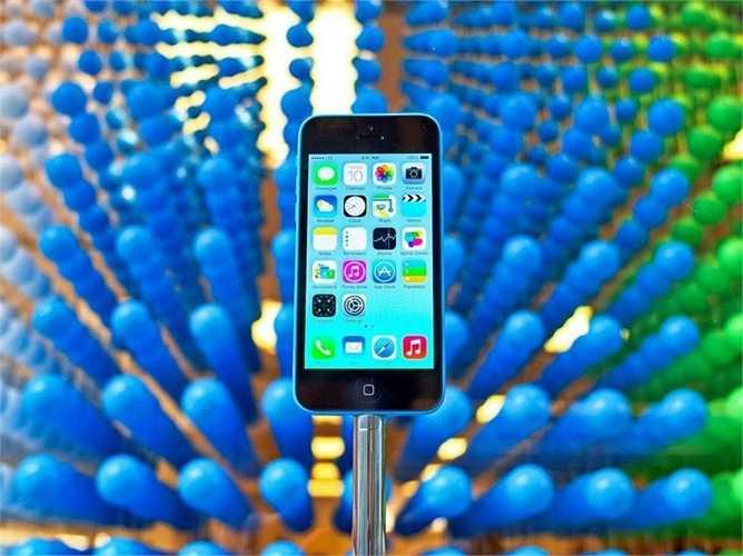 14. iPhone 5C. Không phải là một sản phẩm mới, không hề có thiết kế quá tốt cũng không hề vượt trội ở bất kỳ tính năng gì. iPhone 5C đơn giản là một chiếc iPhone và giá không quá đắt. Giá bán máy chính hãng mới 100% là 449 USD, tuy nhiên có nhiều phiên bản khóa mạng rẻ hơn khá nhiều
