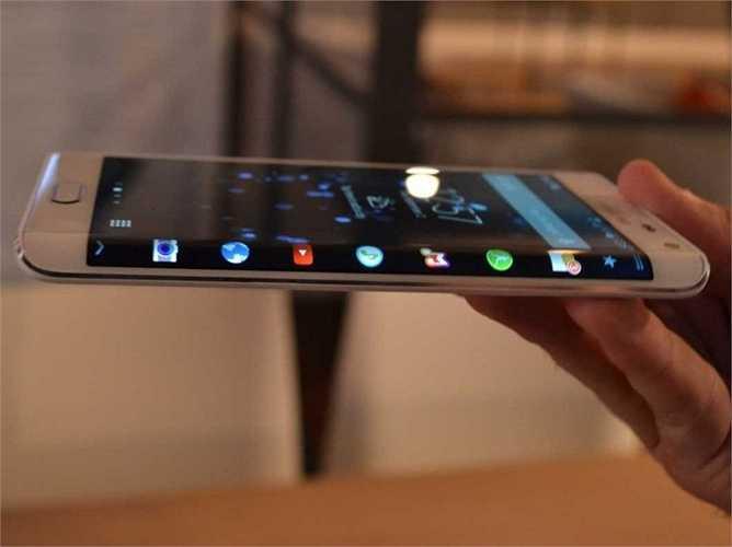 13. Samsung Galaxy Note Edge. Đây mới chính là chiếc điện thoại đầu tiên sở hữu màn hình cong nổi tiếng của Samsung. Tuy nhiên, giá bán hơi cao cùng với việc công nghệ quá mới vào thời điểm ra mắt khiến nó không được nhiều người đặt mua. Giá bán hiện tại là khoảng 800 USD