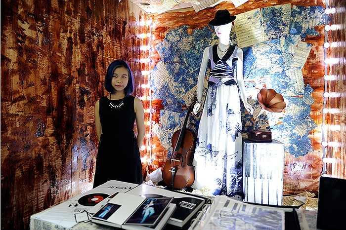 Triển lãm diễn ra tại Hà Nội từ ngày 31/7, trưng bày sản phẩm thời trang của 17 nhà thiết kế trẻ tốt nghiệp chuyên ngành đào tạo Thiết kế/ Quản trị kinh doanh sản phẩm thời trang.