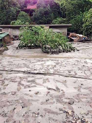 Sau sự cố, chính quyền đã huy động các lực lượng di dời gần 100 hộ dân ra khỏi khu vực nguy hiểm. Người dân cũng đã được chính quyền địa phương hỗ trợ cho mỗi hộ gia đình 30 kg, 2 triệu đồng, mỗi khẩu hai bộ quần áo.
