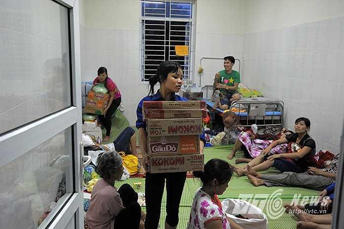 Chiều 31/7, hàng trăm thùng mì tôm và nước uống của các nhà hảo tâm được chuyển tới tay người dân phường Mông Dương.