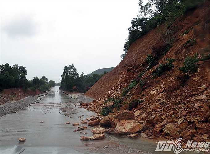 Trên tuyến đường 336 từ Thượng Yên Công (Yên Tử) sang thị xã Đông Triều cũng xảy ra nhiều điểm sạt lở.