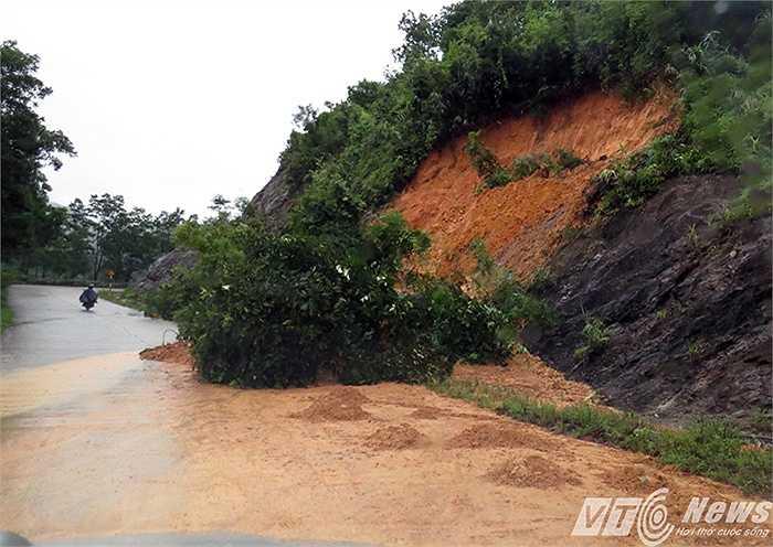 Đất đồi nhão chảy lênh láng trên mặt đường.