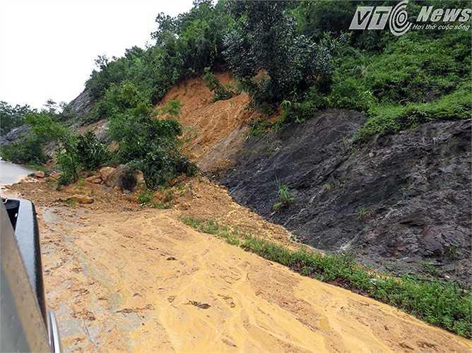 Đất đồi chảy thành dòng trên mặt đường