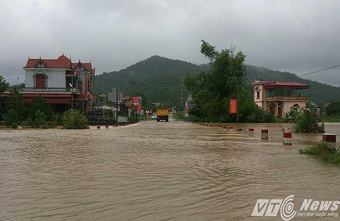 Nhiều đoạn đường vào danh thắng Yên Tử bị ngập nặng. Ô tô con, mô tô, xe máy không thể vượt qua. Nhiều nhà dân bên đường mấp mé nước.