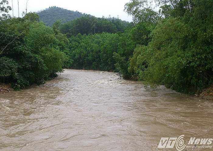 Chiều ngày 2/8, nước trên thượng nguồn các con sông, con suối khu vực Yên Tử tiếp tục đổ về.