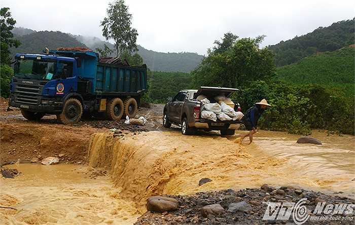 Tại đập vượt lũ suối Khe Sâu, phường Khe Sú (đường vào khai trường Công ty than 91 - Than Đông Bắc) bị nhập nặng, sạt lở, chia cắt.