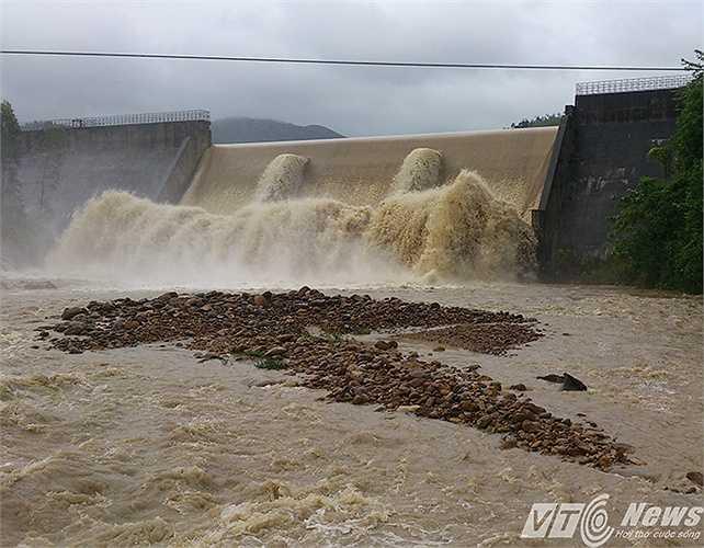Đập tràn Đá Trắng thôn Trung Lương, xã Tràng Lương, thị xã Đông Triều, nước lụt tràn về như thủy điện sông Đà xả lũ.
